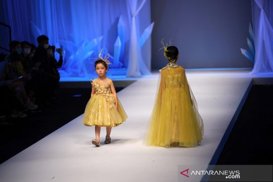Lenggak-lenggok model cilik di China Fashion Week