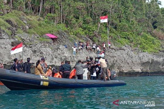 Gubernur Maluku kibarkan bendera Merah Putih di batas negara