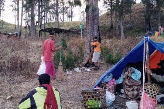 Masyarakat adat bersihkan sampah di Gunung Rinjani Lombok