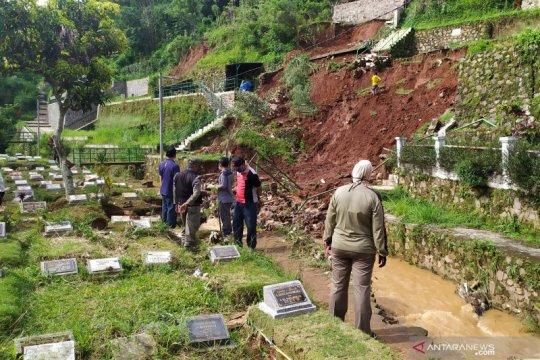Pemkot Bandung ingatkan warga bantaran sungai waspada bencana