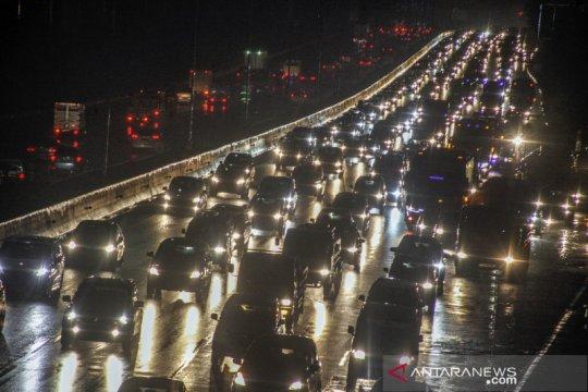 Kepadatan kendaraan di tol Jagorawi jelang libur panjang