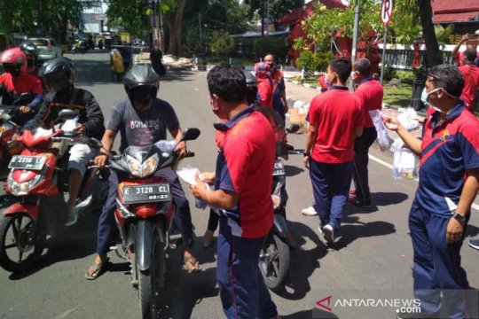 Lapas Cirebon bagikan masker produksi napi kepada pengguna jalan