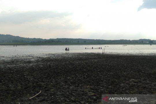 Warga serbu Waduk Bade setelah pengeringan untuk jaring ikan