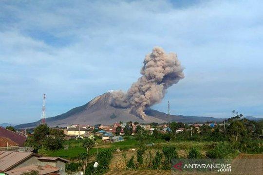 Gunung Sinabung kembali erupsi luncurkan awan panas sejauh 2.000 meter