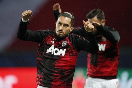 Bek Manchester United Alex Telles terpapar COVID-19