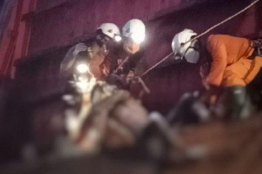 Basarnas Jambi evakuasi orang terjebak dalam kapal tongkang