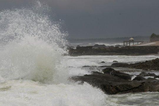 Warga pesisir Lebak diminta BPBD Banten waspadai gelombang enam meter