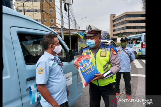 Satlantas Wilayah Jakbar bagikan sembako untuk pengendara taat lalin