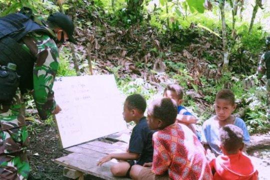 Satgas Pamtas RI-PNG berikan bimbingan belajar anak di perbatasan