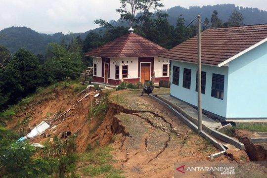 Tanah labil diguyur hujan, sekolah di Lebak-Banten terdampak longsor