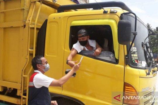HK bagikan masker dan handsanitizer di rest area 20B tol ruas Bakter