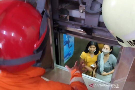 Damkar Jaksel evakuasi tiga orang terjebak di lift