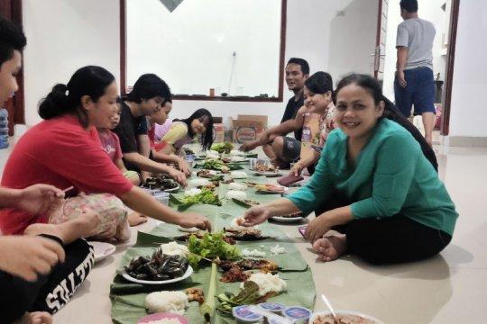 Isi liburan, warga Bandarlampung bakar ikan bersama keluarga