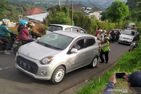 Polisi dorong dan ganjal kendaraan tak kuat menanjak di Lembang