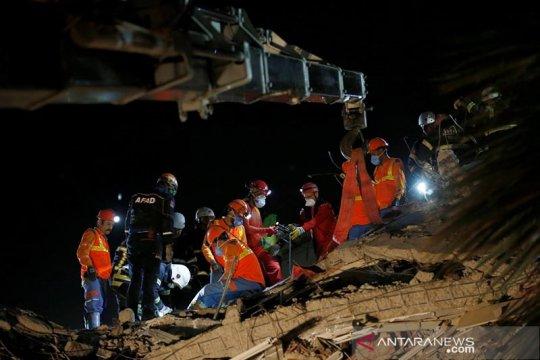 Upaya pencarian dan penyelamatan masih berlangsung setelah gempa Turki