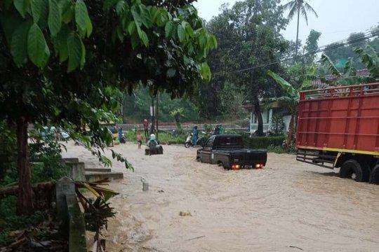 Arus jalur selatan Jateng tersendat akibat banjir di Lumbir
