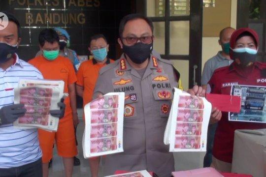 Polrestabes Bandung tangkap 4 tersangka pencetak uang palsu senilai Rp800 juta