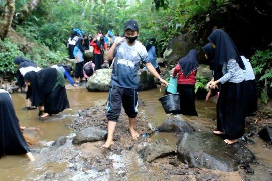 Ratusan Santri Ponpes Darunnajah bersihkan sampah di sungai