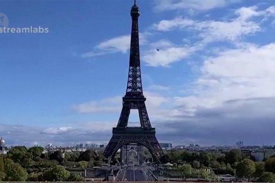 Spanduk Pemberontak dibentangkan di Menara Eiffel