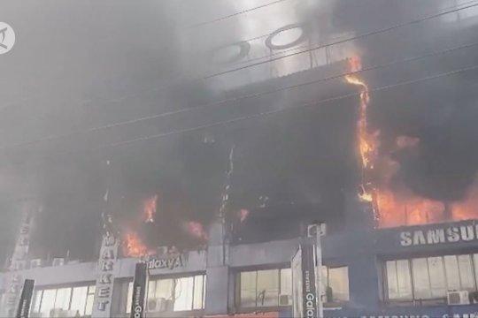 Kebakaran hebat lalap puluhan toko di pusat elektronik terkenal di Lahore, Pakistan