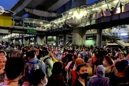 Puluhan ribu demonstran tuntut reformasi monarki kerajaan Thailand