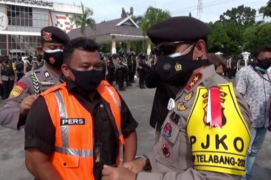 Polda kalteng beri rompi kepada jurnalis peliput unjuk rasa
