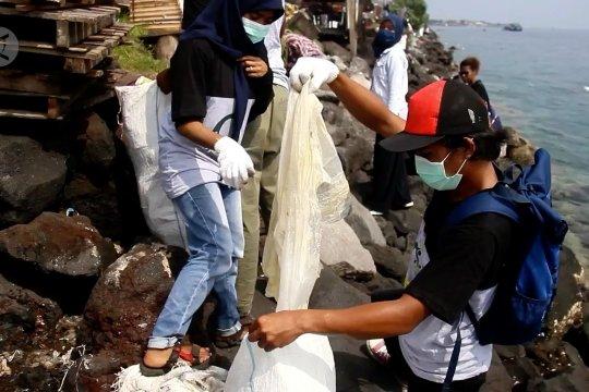 Mahasiswa Ternate peringati Hari Sumpah pemuda dengan bersih-bersih laut