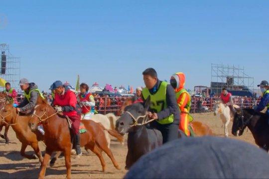 Menyaksikan serunya balap kuda, unta, dan sepeda motor di China utara