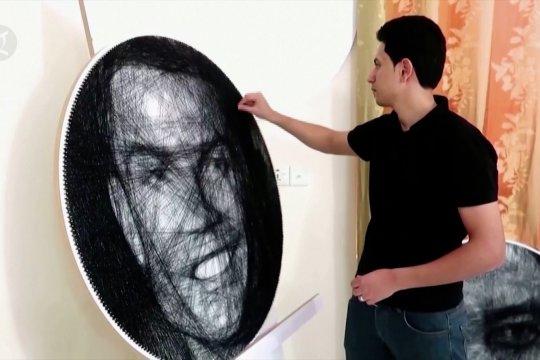 Seniman Irak melukis gambar dengan paku dan benang