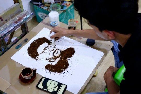 Seniman Irak melukis dengan kopi di atas akrilik
