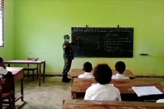 Anggota TNI ajarkan Pancasila kepadasiswa SD di perbatasan Boven Digoel