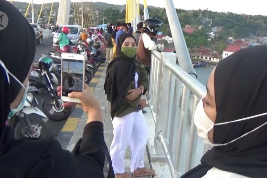 Jadi lokasi swafoto, ribuan warga padati Jembatan Teluk Kendari
