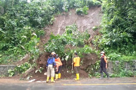 Pengguna jalan diimbau waspadai jalur rawan longsor Gunung Gumitir