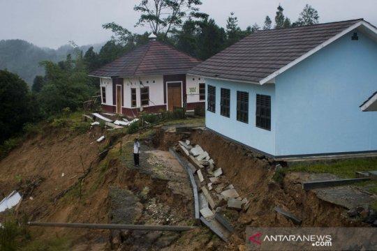 Gedung sekolah terancam longsor di Lebak