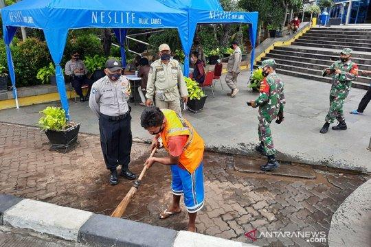 Pemkot Jakbar raup denda Rp16 juta dari warga yang langgar prokes