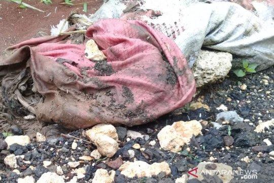 Warga Cibinong Bogor menemukan kerangka manusia dalam karung