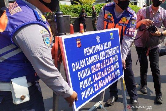 Kasus COVID-19 fluktuatif, polisi masih buka tutup jalan di Bandung