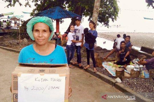 Kaum ibu menanti kehadiran tenda jualan di Pantai Hukurila