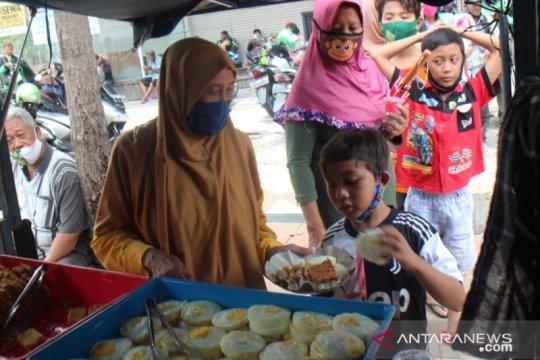 Keluarga Yoni Surabaya berbagi makan siang gratis di tengah pandemi