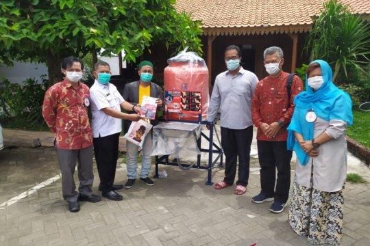 PMI-ICRC salurkan puluhan wastafel ke ponpes di Jatim