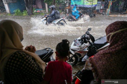 Hujan turun, air menggenang 60 cm akibat drainase buruk di Kabupaten Tangerang
