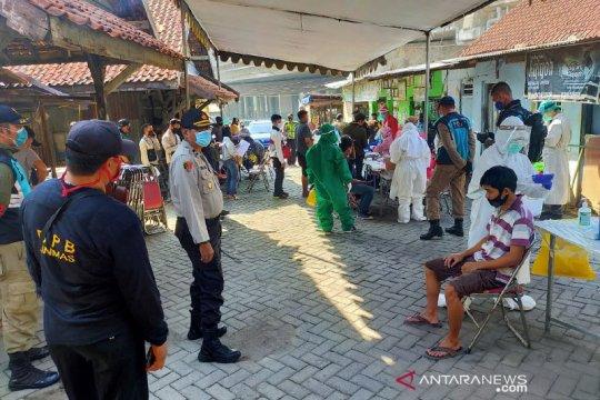 396 warga di perbatasan Surabaya jalani swab test COVID-19
