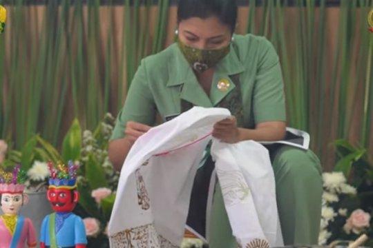 Ketum Persit KCK membatik bersama Dharma Pertiwi se-Indonesia