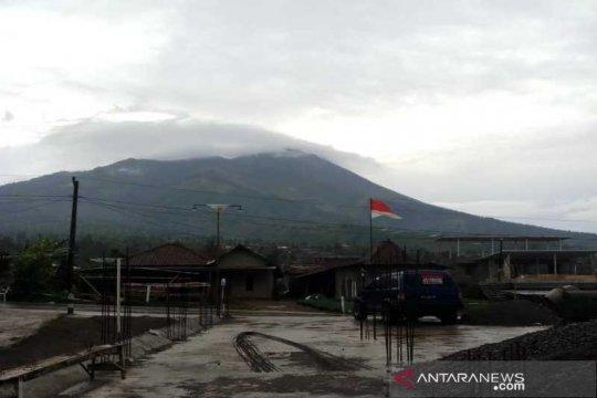 Kemarin Sinabung luncurkan awan panas, status Merapi siaga