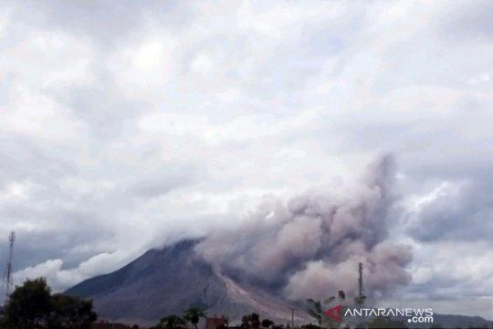 Gunung Sinabung erupsi lagi, luncurkan awan panas sejauh 1.500 meter