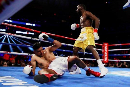 Crawford tumbangkan Brook dengan TKO ronde keempat