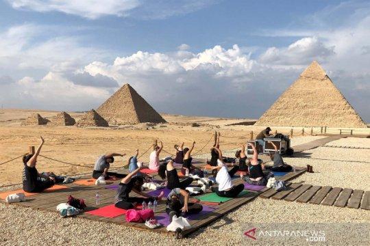 Aksi yoga di depan piramida guna dukung perlindungan perempuan