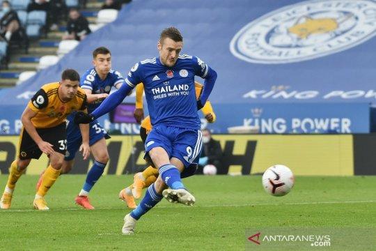 Penalti Jamie Vardy antar Leicester naik ke puncak klasemen sementara