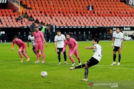 Tiga penalti dan gol bunuh diri buat Real Madrid takluk di Valencia