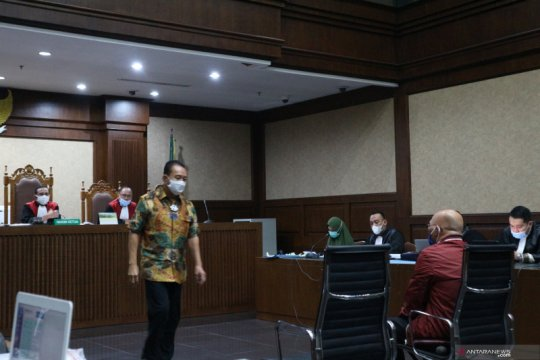 Djoko Tjandra menangis saat jadi saksi di sidang jaksa Pinangki